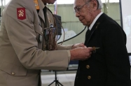 Col. Jacobs presents medal to Hans de Vries